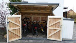 Große Fahrradgarage aus Holz